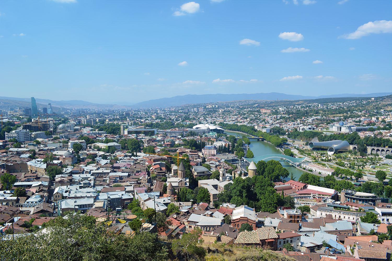 вид на Тбилиси днем