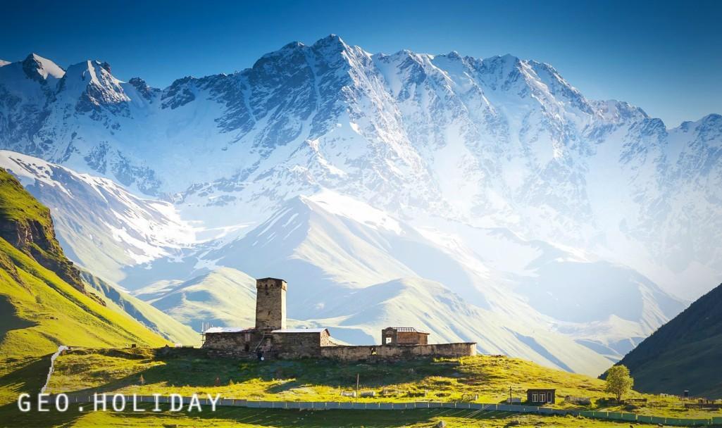 Посёлок Местия в провинции Сванетия,Сванские башни