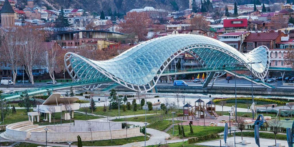 Мост мира в парке Рике