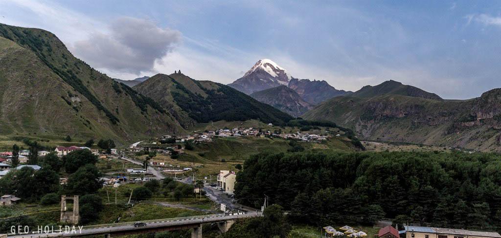 Вид на гору Казбек и храм Святой Троицы в Гергети