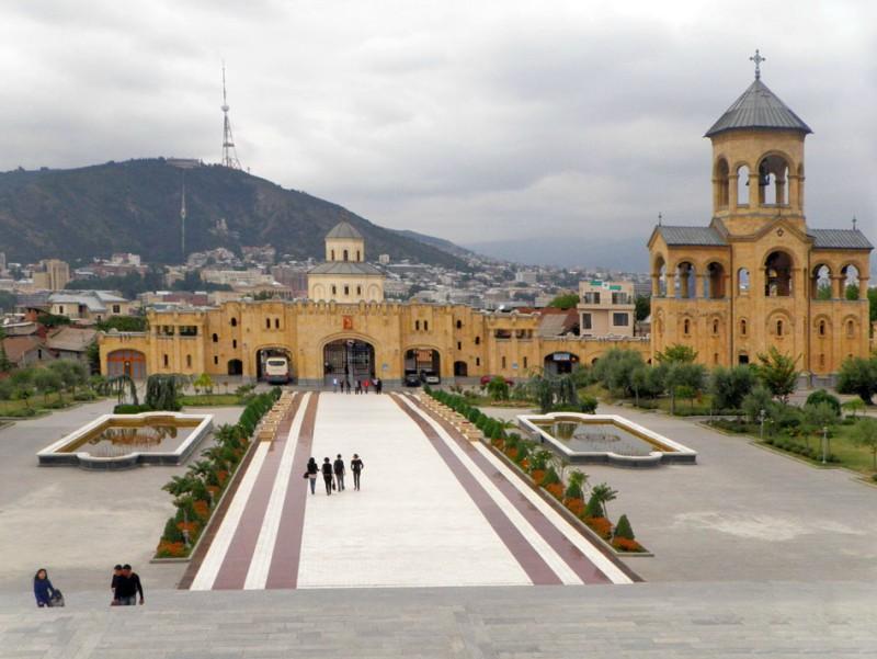 Самеба, вид на город Тбилиси